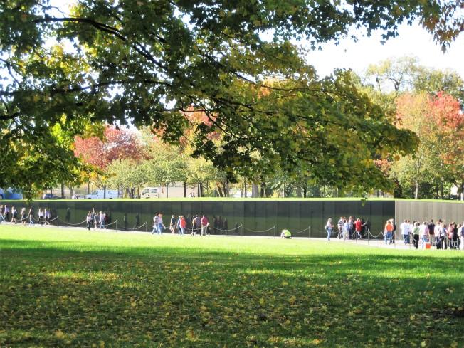 林瓔設計的紀念碑所處位置比地平面略低,從遠處看起來,如同被埋葬於地底下。