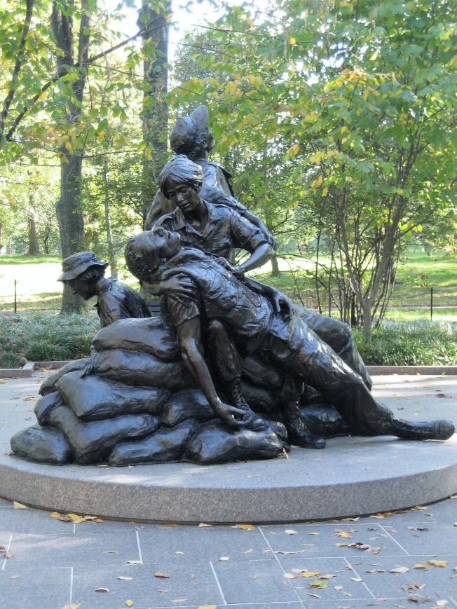 1993年增添了Glenna Goodacre設計的「越戰婦女紀念碑」。銅像其中一位婦女原來手裡抱著一個越南小孩,但在最後的版本被移除。