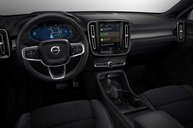 內裝與內燃機車款配置相同。(Volvo)