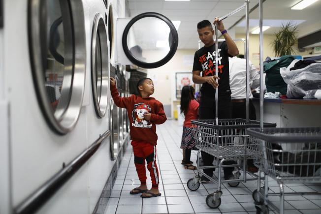 要求孩子幫忙洗衣服或,也是孩子感覺自己能幹的機會。(Getty Images)