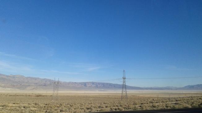 395號公路沿途山脈,與枯黃的野草。
