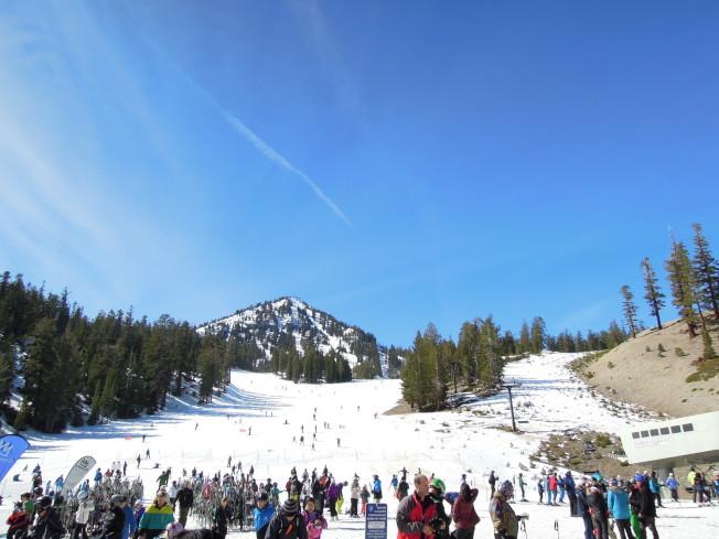 熱鬧的滑雪場。
