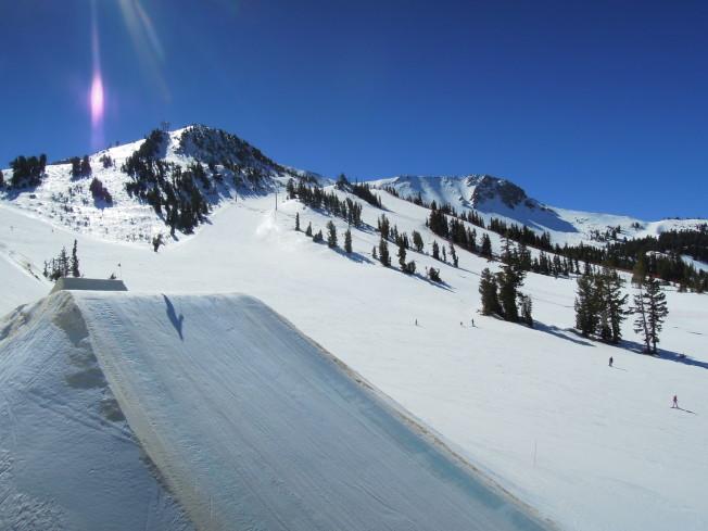 山頂上的景致,可看到滑雪客飛躍的英姿。