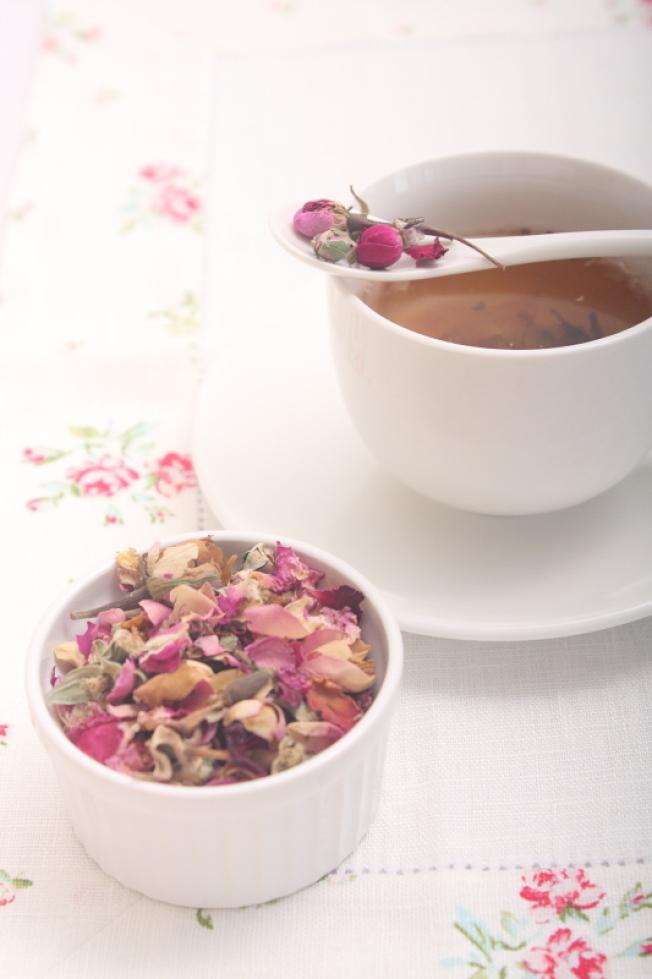 有機乾燥玫瑰花瓣做的浴鹽可紓壓安眠。(作者提供)