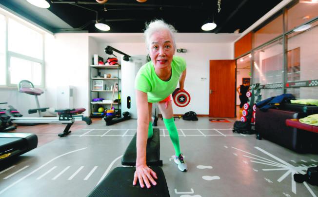 舉啞鈴等負重運動能減少肌少症好發機率。(新華社)