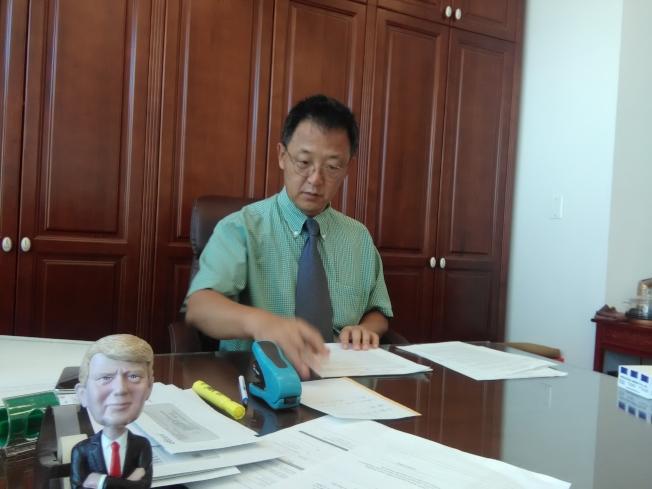 湯學武曾參加將「1萬個移民名額」改為「1萬個家庭名額」的運動。(韓傑/攝影)