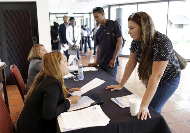 國會設立投資移民項目的原意是,1個投資移民名額要為10個美國人創造就業機會。(Getty Images)