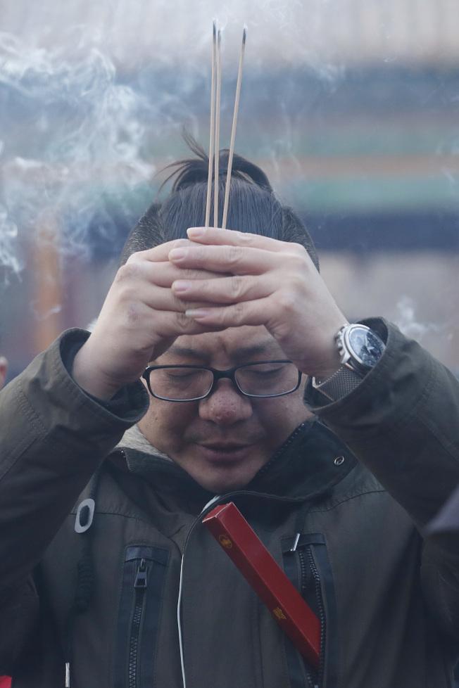 婦人沒有氣喘病史、也沒有抽菸,卻莫名氣喘,後來查出是她在家燒香導致空汙引起氣喘,圖非當事人。(中新社)
