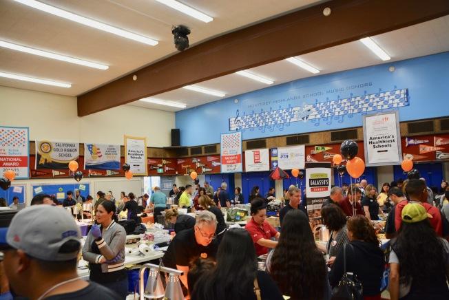 阿罕布拉學區健康校餐博覽會好吃又好玩,學生和家長踴躍出席。(記者丁曙/攝影)