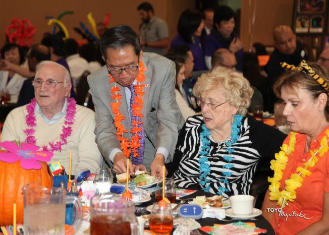 西聖谷基督教青年會籌款會,加州眾議員周本立客串服務生為賓客們端菜。(阿罕布拉學區提供)