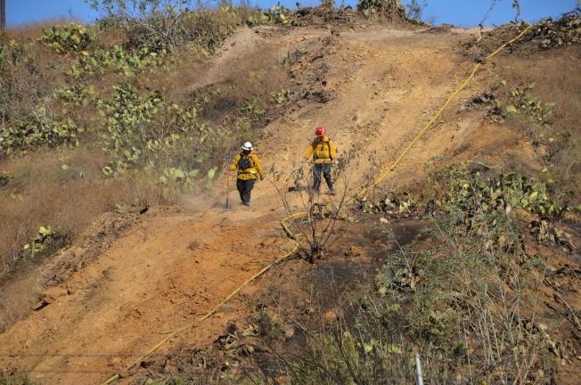 南加州已七個月沒下過大雨,更增加山火的風險。圖為消防員在山上巡邏。(記者王全秀子/攝影)
