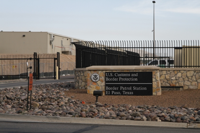 移民局官員10月開始在德州邊境大城艾爾巴索測試「即刻庇護案件審查」系統,可望加快庇護申請審查流程。(美聯社)