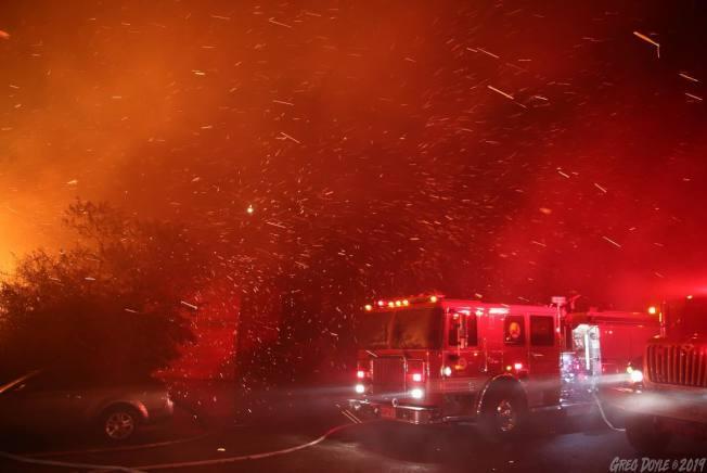 火災現場火苗亂竄,十分危險。(洛縣消防局臉書)
