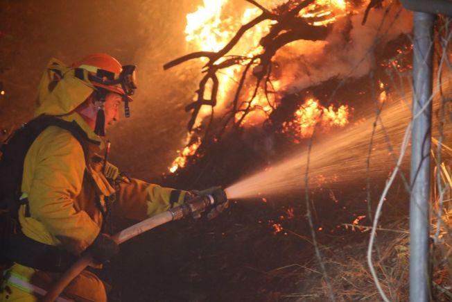 南加山火一件接一件,消防隊員全力救火。(洛縣消防局臉書)