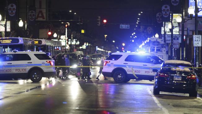 芝加哥31日晚間發生一名7歲女童上街討糖果,遭流彈擊中。圖為槍案發生後,警方封鎖現場進行調查。(美聯社)