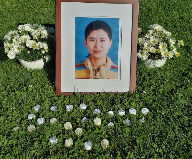 華女命案震驚社區,勒星頓鎮今年6月曾辦公開追悼活動,蔡申遺像旁放置許多白燭鮮花。(記者唐嘉麗/攝影)