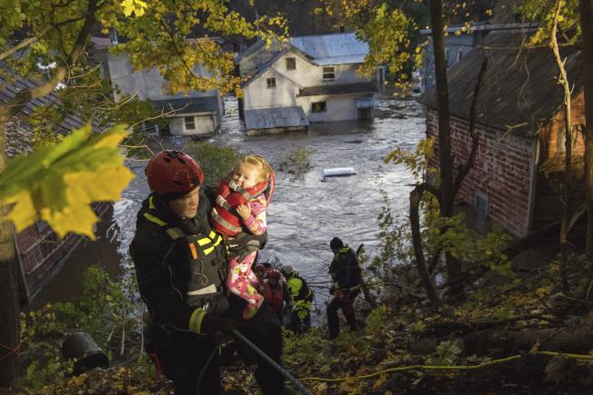 1日,紐約州多爾吉維爾(Dolgeville),因為附近一條溪流漲水,許多房屋受洪水影響。(紐約州長辦公室)