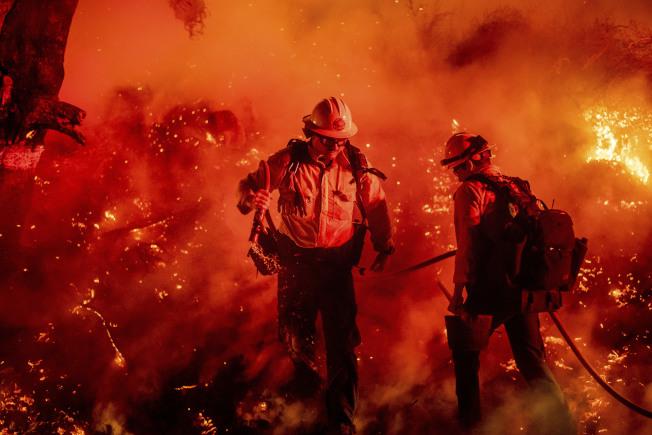 加州聖塔寶拉,消防員正在對抗Maria大火。這場火31日凌晨燒起。(美聯社)