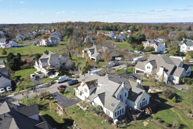 新賓州10月31日晚遭遇強風,摧毀8棟房屋,20人被迫從家中撤離。(美聯社)