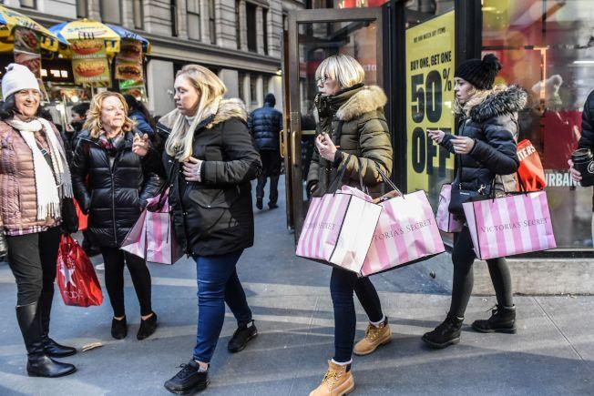 今年的年節購物季比往年少六天,商家無不挖空心思爭取時間。圖為去年黑色星期五消費者在紐約曼哈頓中城買得不亦樂乎。(Getty Images)
