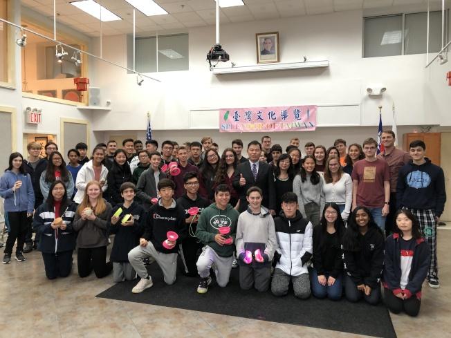 紐約華僑文教服務中心1日舉辦「台灣文化導覽」,向各族裔學生推廣扯鈴、陀螺及毽子等台灣傳統童玩。(本報記者/攝影)
