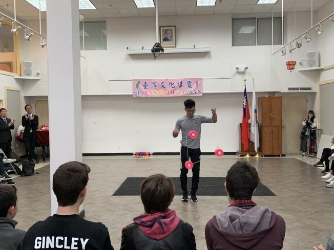 19歲文化老師羅英九練習扯鈴七年,他以結合音樂的花式扯鈴表演推廣傳統藝術,吸引大批學生體驗。(本報記者/攝影)