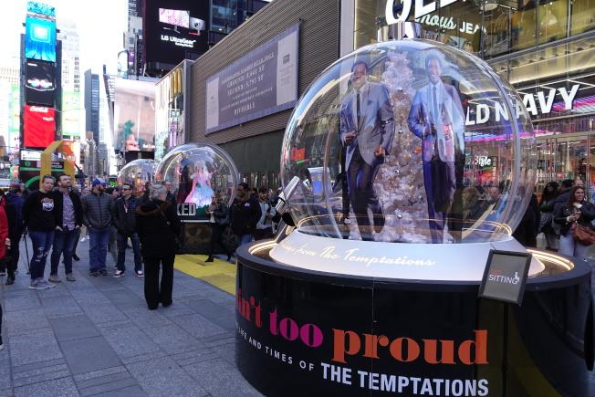 四座百老匯音樂劇目主題雪球亮相時報廣場。(記者金春香/攝影)