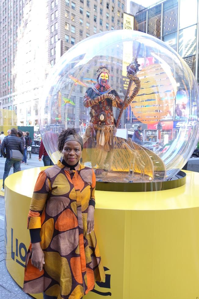 獅子王音樂劇主演之一滿雅在自己的蠟像雪球前。(記者金春香/攝影)