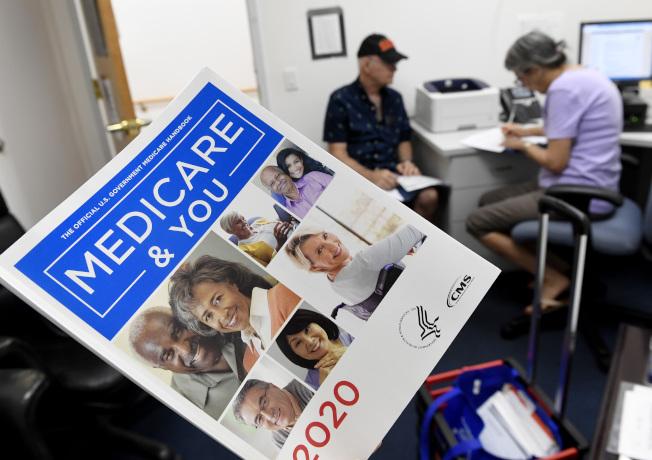 今年健保已經開始受理登記,圖為政府推出的健保小冊子。(TNS)