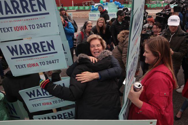 在最早舉行初選的愛阿華州,參議員華倫(中)在民主黨內領先。(Getty Images)