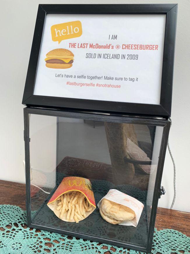 美國速食連鎖店麥當勞十年前在冰島關閉最後一家分店,當時一名顧客決定買下最後一份漢堡薯條留念。如今這份餐點仍放在玻璃櫃中展示,十年來幾乎未腐爛的模樣令人吃驚。(Getty Images)