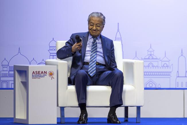 馬哈迪2日在泰國暖武里府東協商業投資高峰會上發表演說。(美聯社)