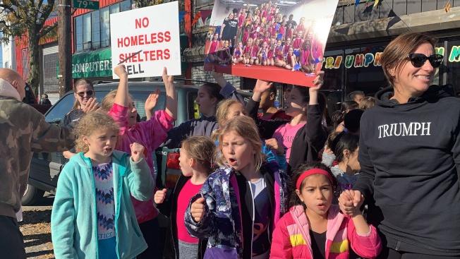 格蘭岱新遊民收容所周圍有多間學校,不少師生出席抗議活動。(本報記者/攝影)