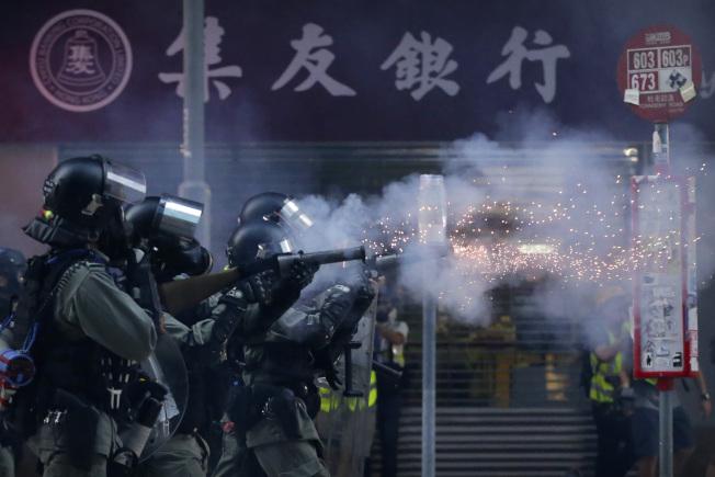 香港示威持續失控,鎮暴警察2日出動水砲並發射催淚彈驅散示威者。(美聯社)