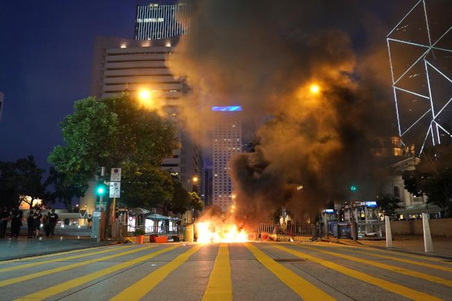 香港示威持續失控,暴徒2日在中環鬧區當街焚燒障礙物。(新華社)