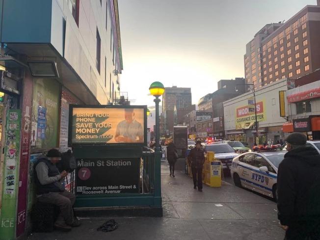 法拉盛街頭常見攜帶行李長期坐在路邊的人士。(記者牟蘭/攝影)