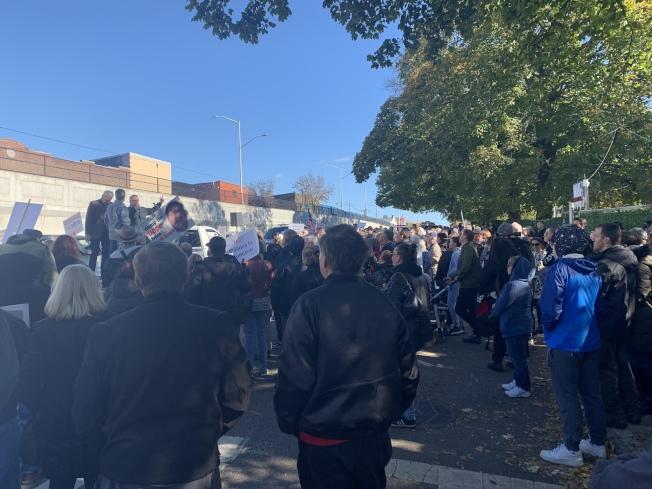 數百名皇后區格蘭岱居民2日聚集在庫柏大道78-16號建築前,舉牌抗議政府未經社區同意、建成男性遊民收容所。(本報記者/攝影)