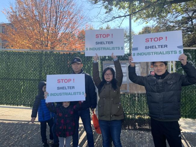 華裔居民陳Vicky(中)及劉先生(左)皆帶著孩子參加抗議,反對遊民收容所入社區。(本報記者/攝影)