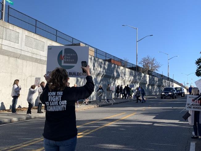 格蘭岱居民在庫柏大道兩側車道舉牌抗議。(本報記者/攝影)
