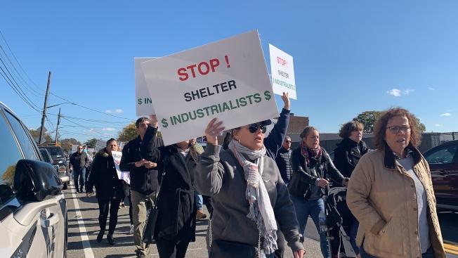 皇后區再建遊民收容所,數百格蘭岱居民2日遊行抗議。(本報記者/攝影)