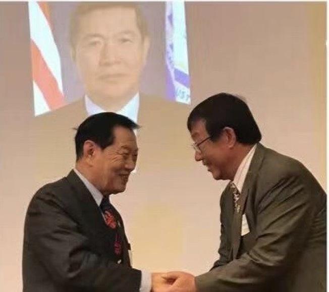 康州華人教授協會舉行年會,向李昌鈺頒發「燈塔獎」。(康州華人教授協會提供)
