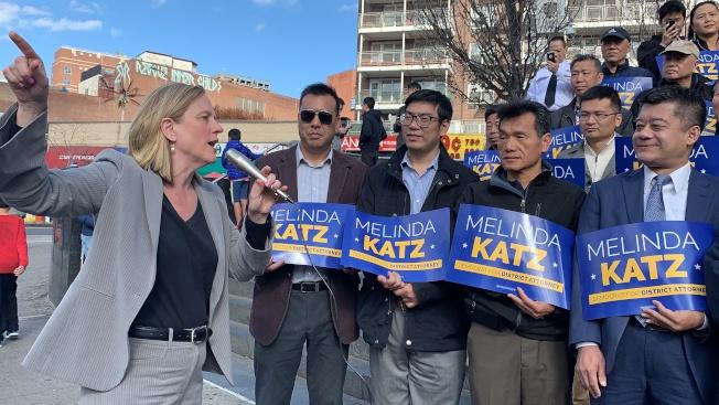 凱茲(左一)表示,法拉盛票倉是她最終得以些微票數取得勝利的至要關鍵。(本報記者/攝影)