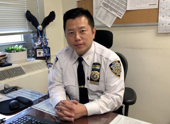 吳銘恆非常願意把多年積累的經驗與年輕警員分享。(記者朱蕾/攝影)