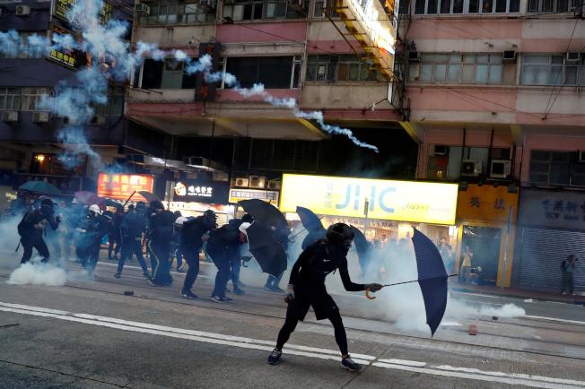 香港鎮暴警察發射催淚彈驅散失控的示威者。(路透)