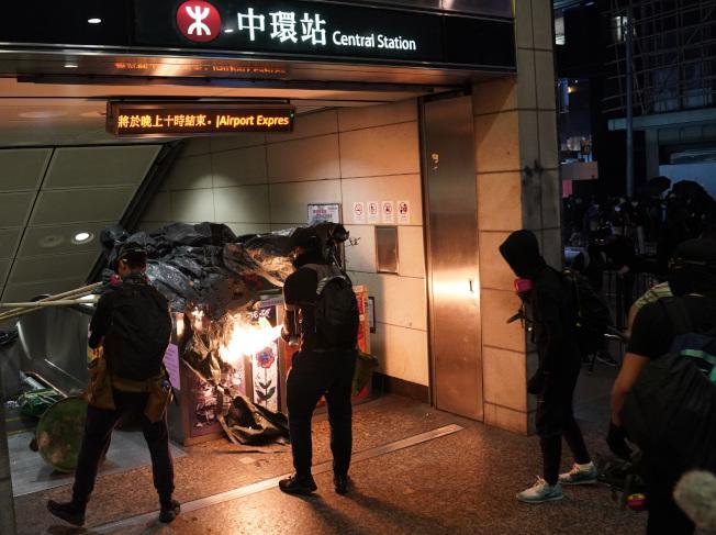 示威者縱火破壞香港地鐵中環站。(新華社)