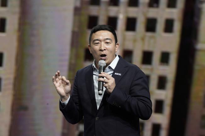 華裔參選人楊安澤改變策略,在民主黨參選人當中異軍突起。(美聯社)