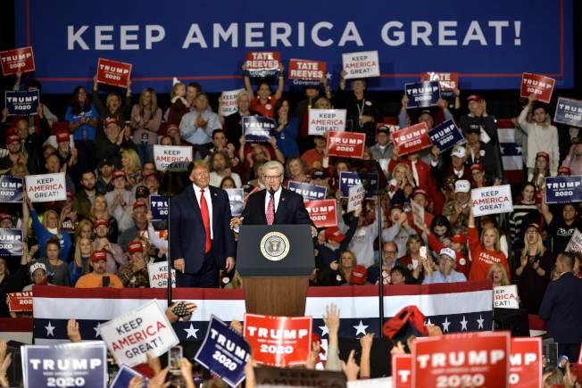川普到美國南部為共和黨州長站台,圖為他在密西西比州為州長布萊恩特助選。(Getty Images)