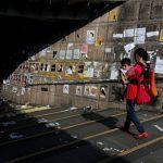 香港大埔連儂隧道遭破壞 文宣碎紙落滿地