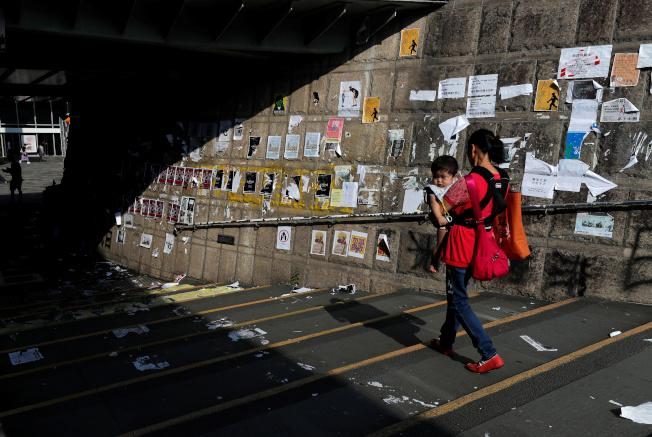 香港反修例風波未息,各區出現大大小小的連儂牆,且多番因撕紙問題引發衝突。(路透)
