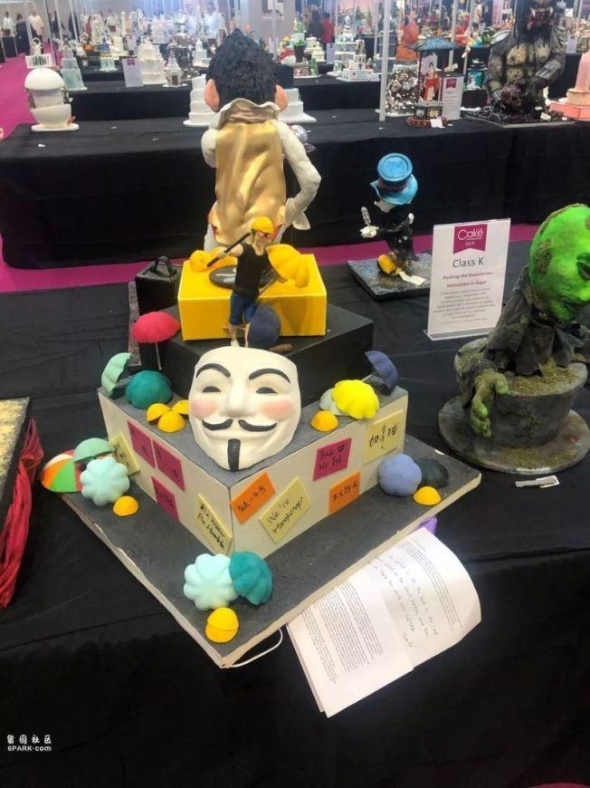 該蛋糕是三層蛋糕,底層有「連儂牆」常見的貼紙,中層有「V煞」面具。(取材自微博)